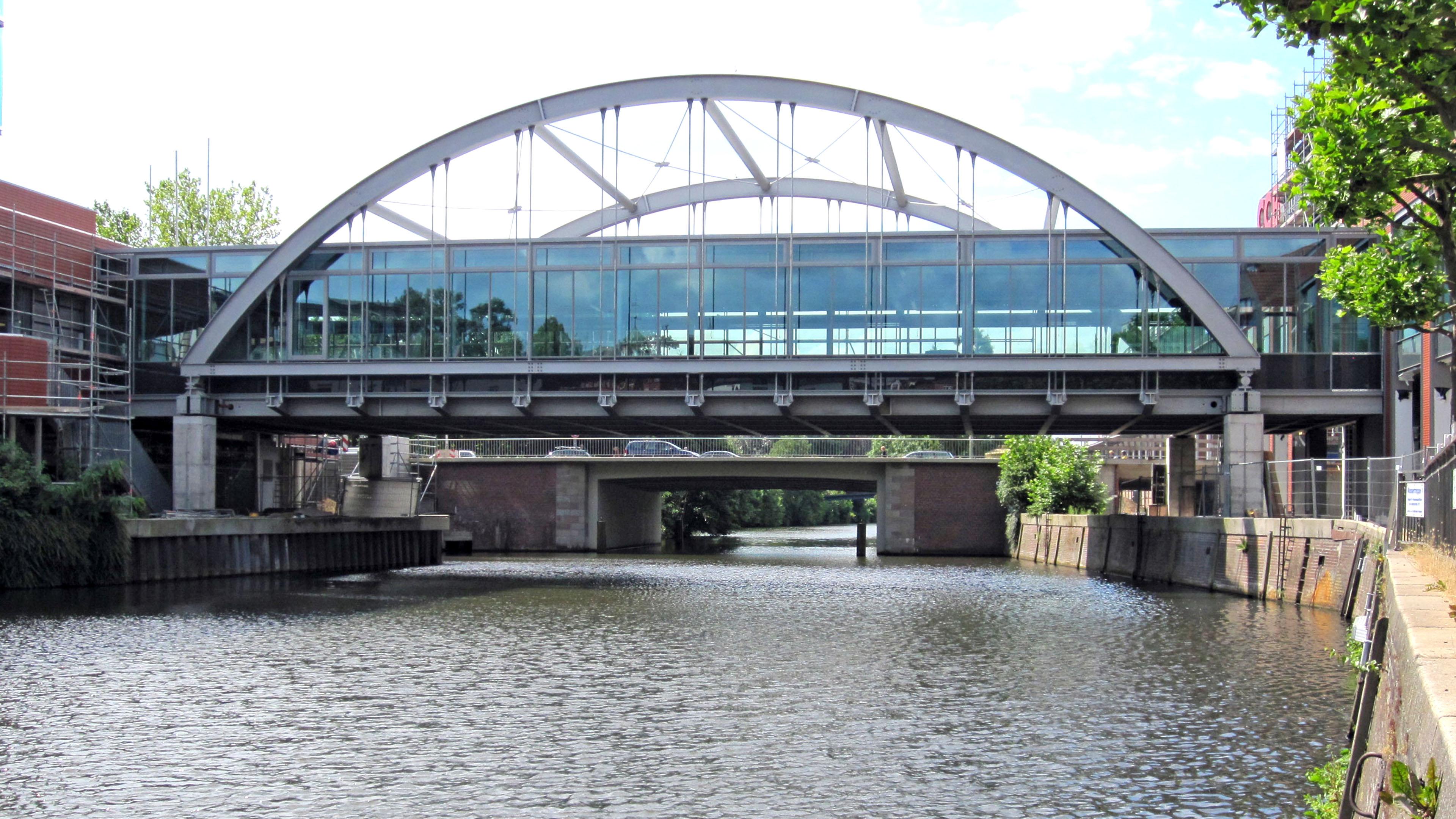 Verglaste Verbindungsbrücke mit Stahlbögen