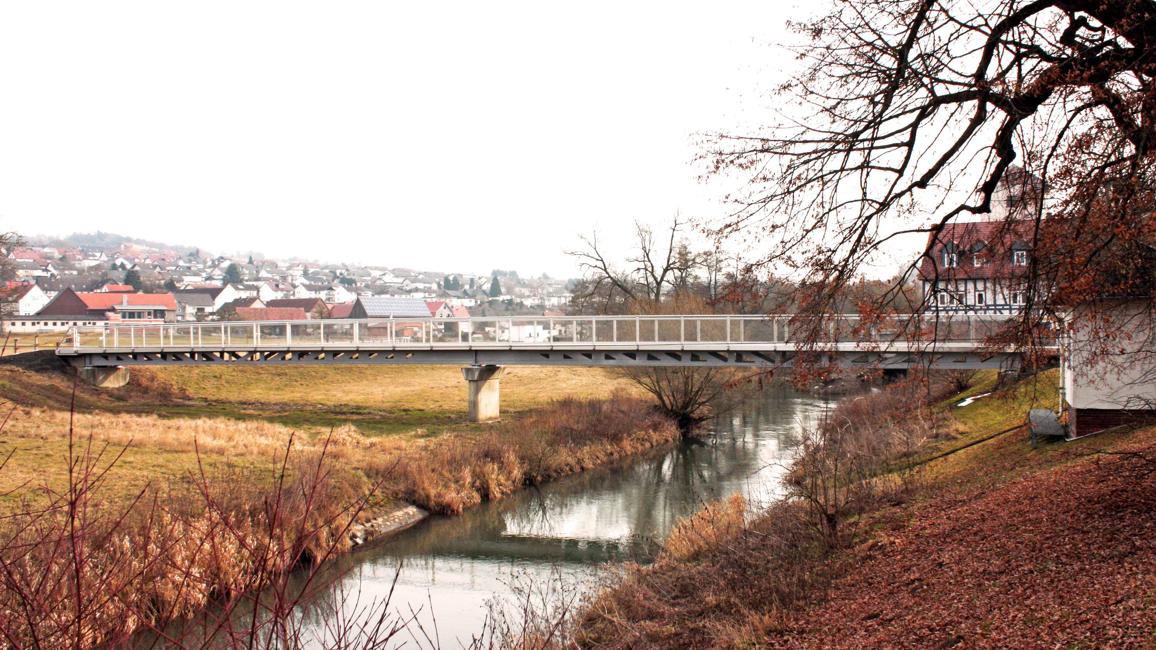 Fußgängerbrücke mit Radweg aus Stahl in Homberg Ohm. Brücke gebaut durch Stahlbau Lamparter.