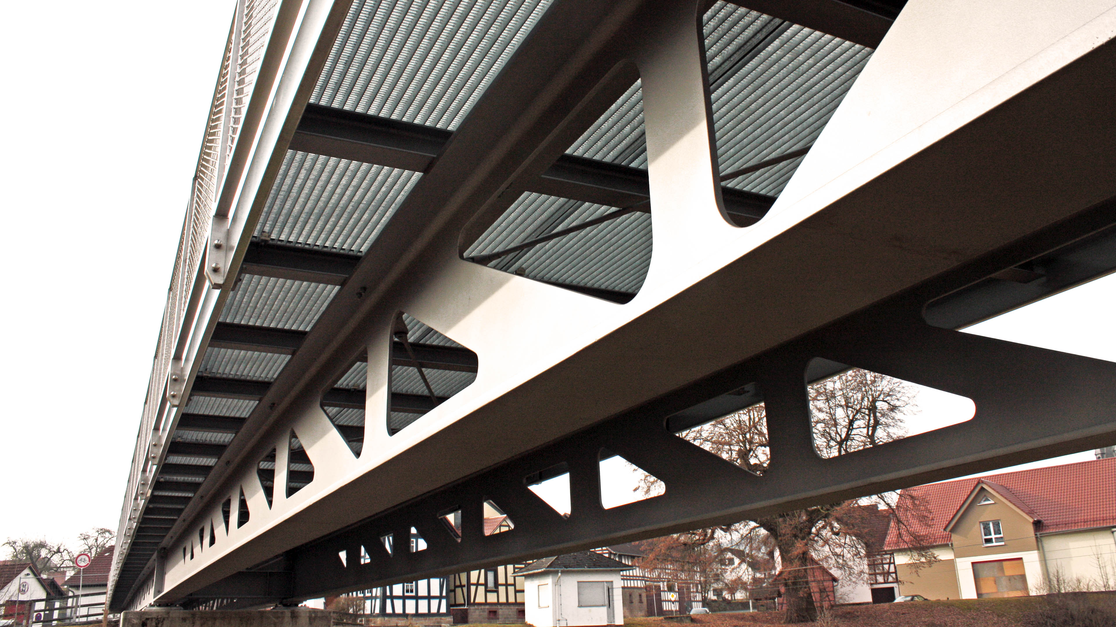Blick von unten auf die Fußgängerbrücke mit Radweg aus Stahl in Homberg Ohm. Brücke gebaut durch Stahlbau Lamparter.