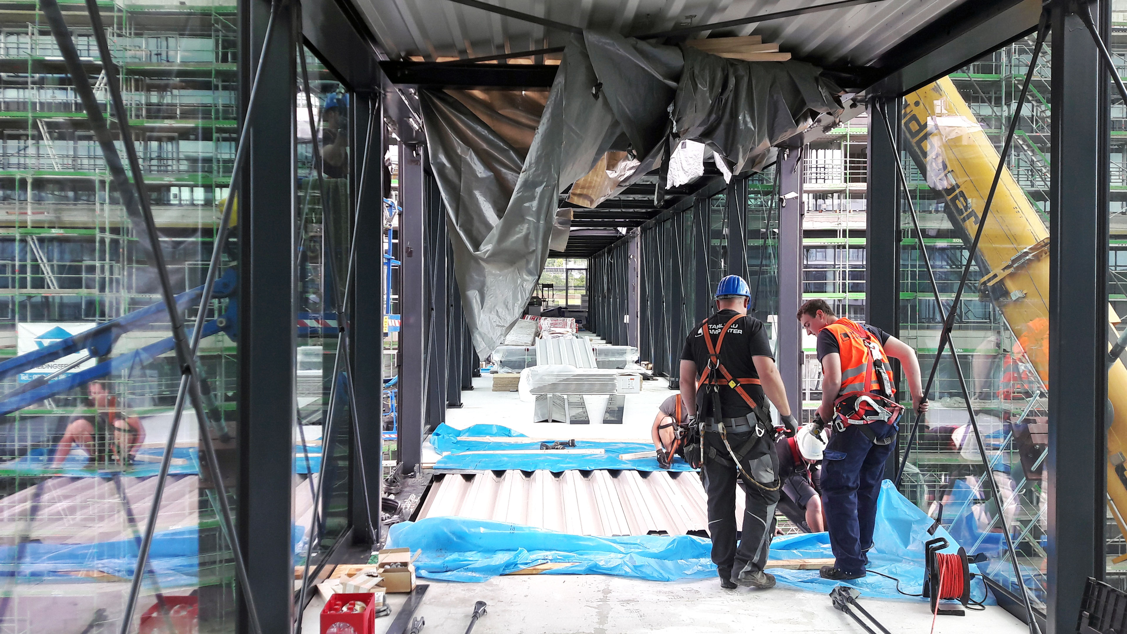 Blick in die Verbindungsbrücke aus Stahl und Glas