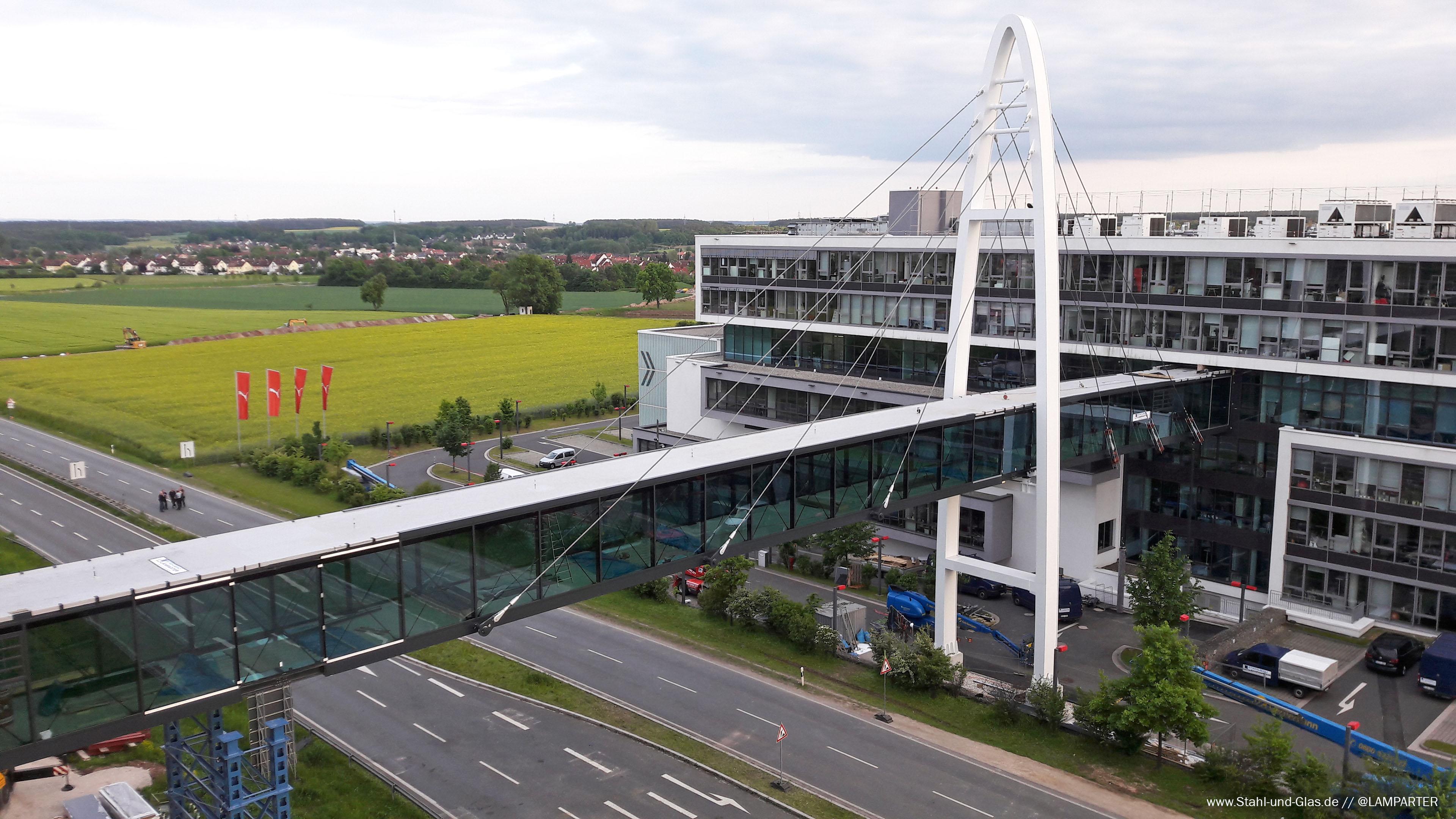 Fertige Puma-Brücke. Verbindungsbrücke in Herzogenaurach. Stahlbau Lamparter.