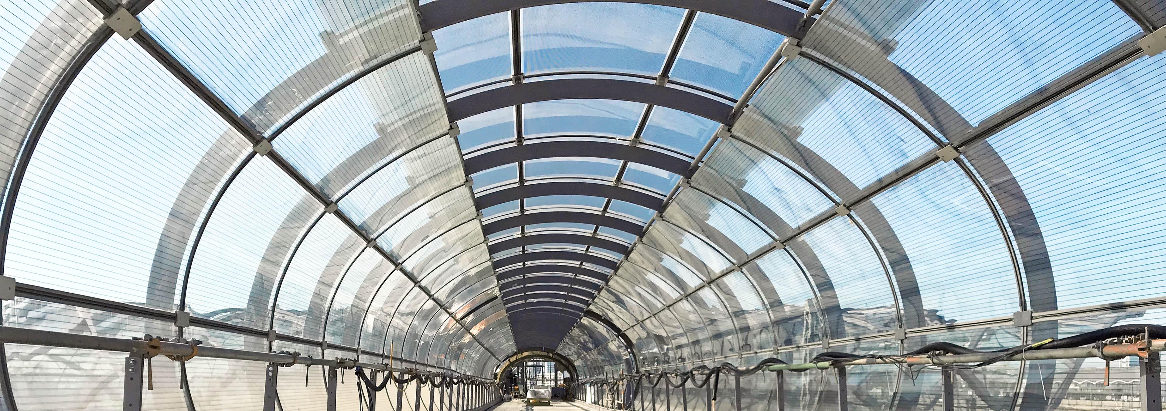 Verbindungsbrücke aus Stahl und Glas. Blick in die Röhre des Skywalk der Hochbahn Hamburg.