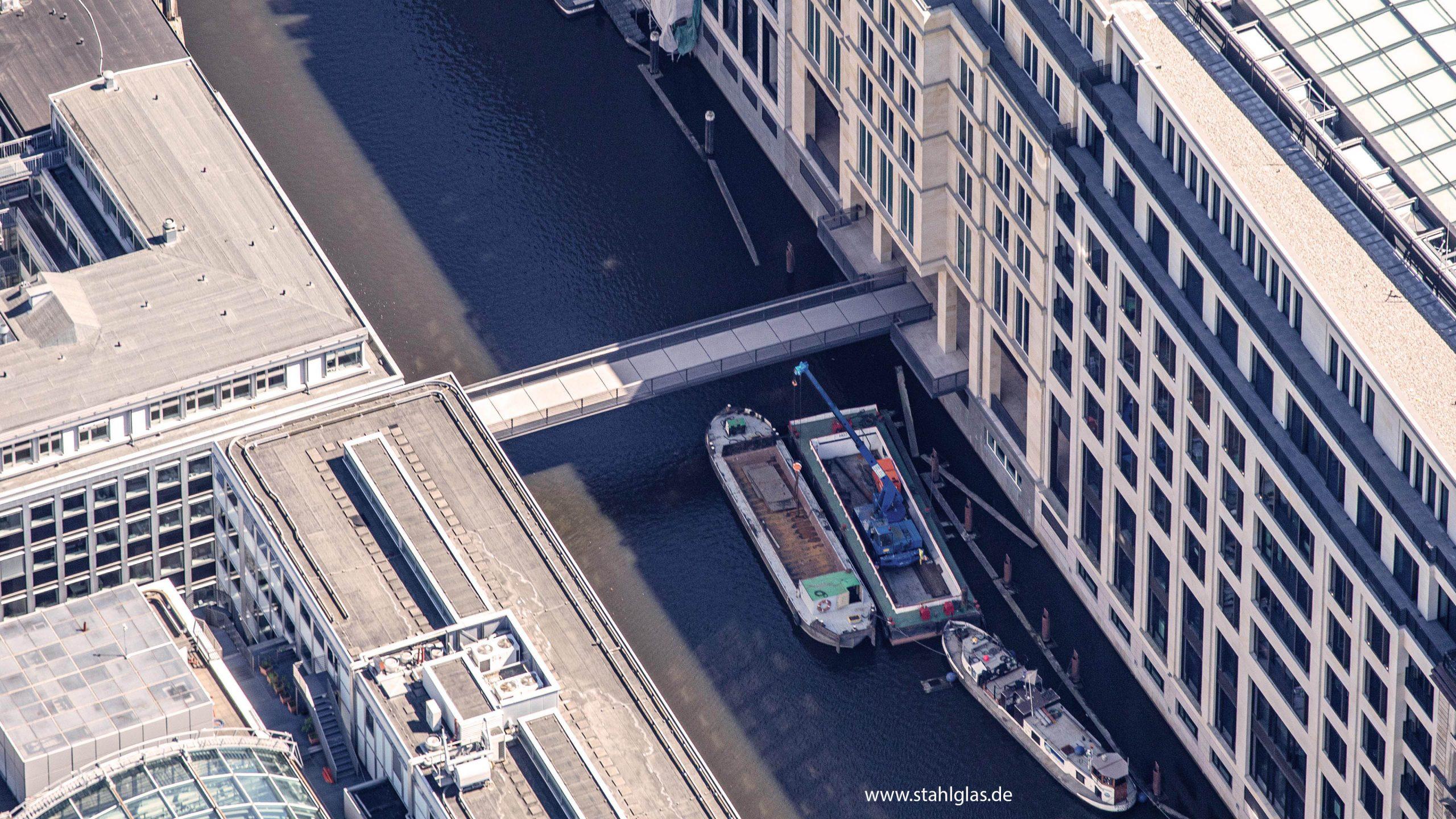 Luftaufnahme der Fußgängerbrücke Wallstegbrücke in Hamburg