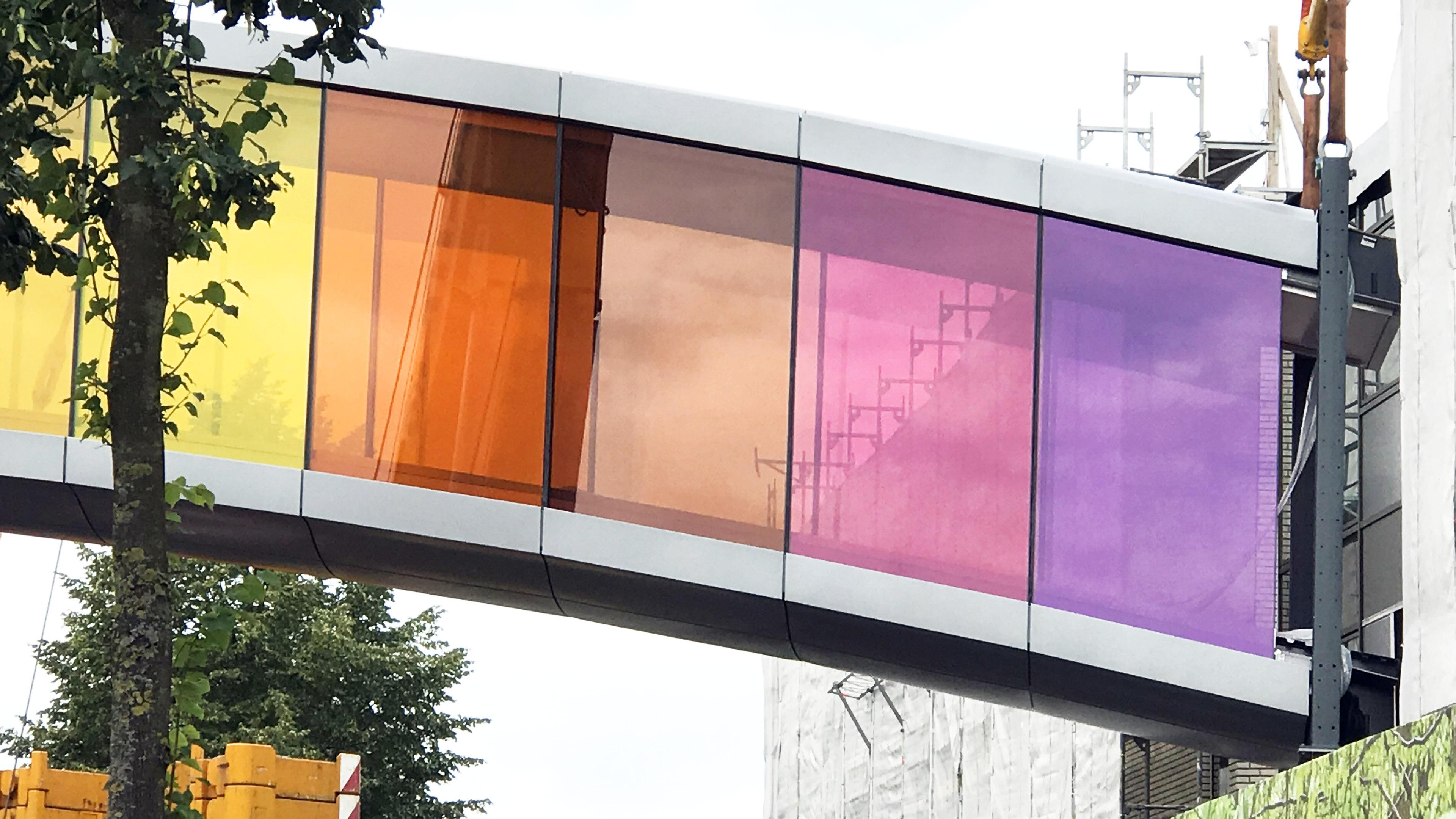 Farbiges detail der neuen Verbindungsbrücke für Brillux