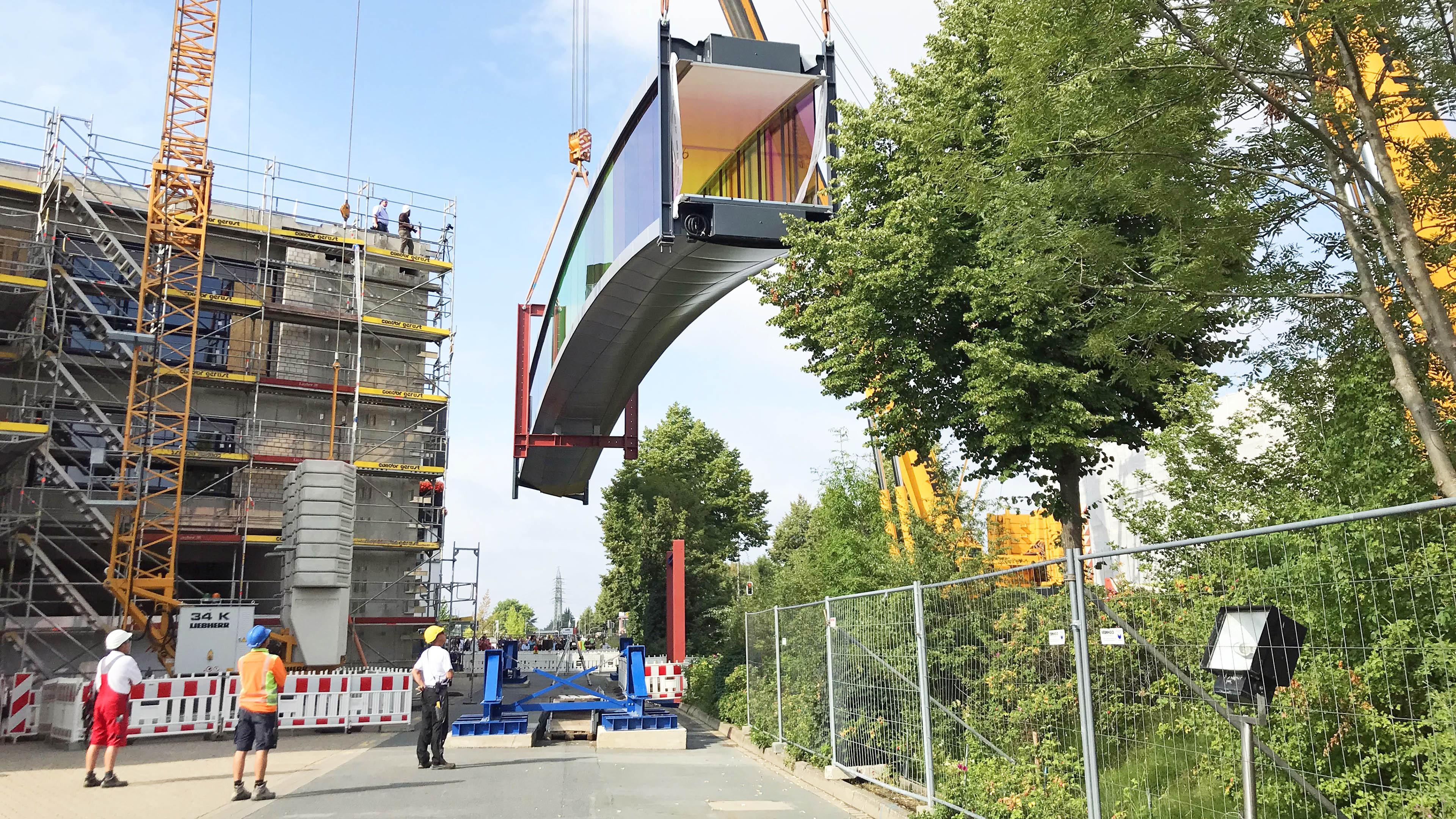 Einhub der farbigen Verbindungsbrücke bei Brillux in Münster