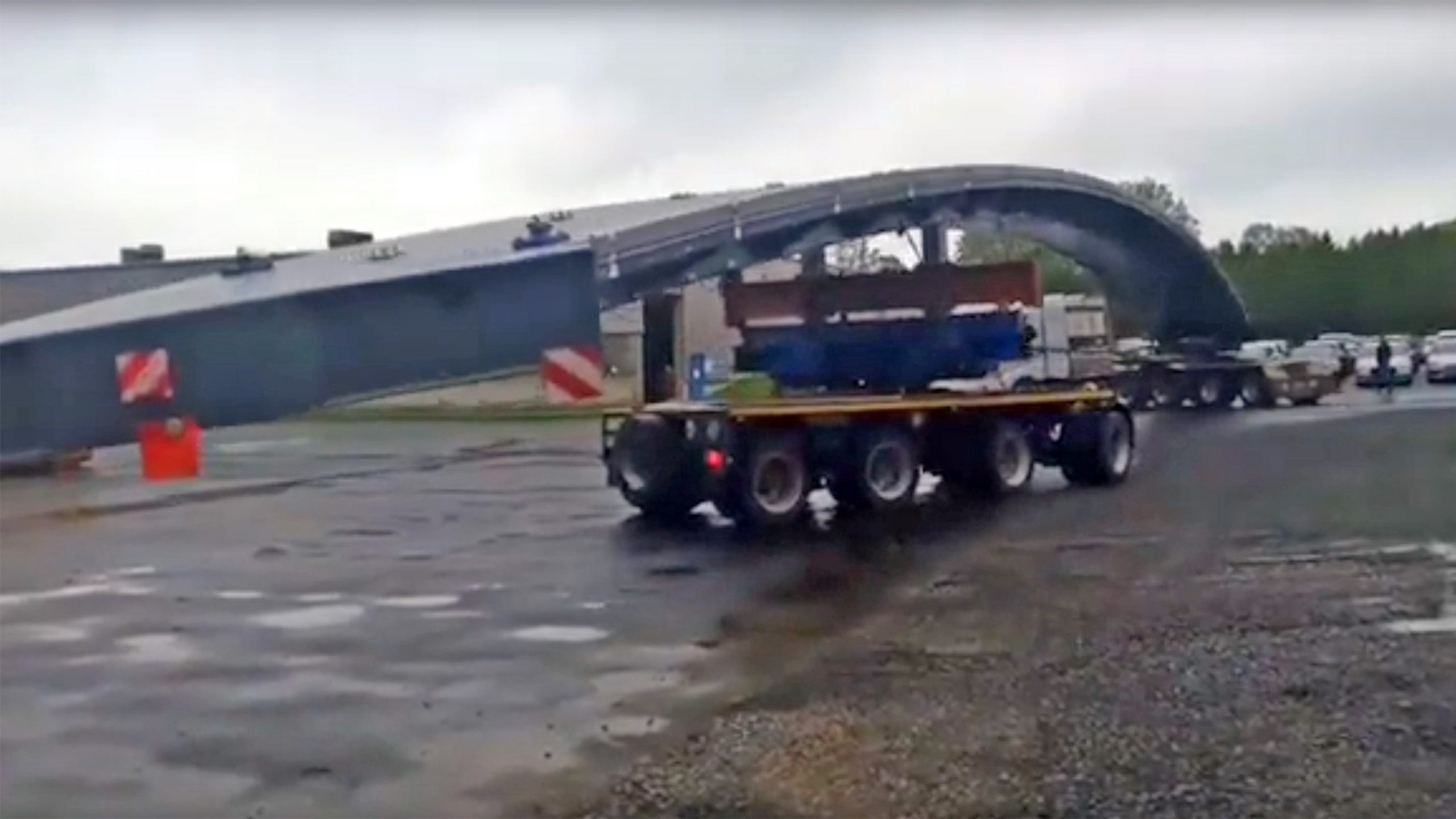 Scrrenshot des Youtube-Videos Brillux-Verbindungsbrücke Transport von Kaufungen nach Münster.