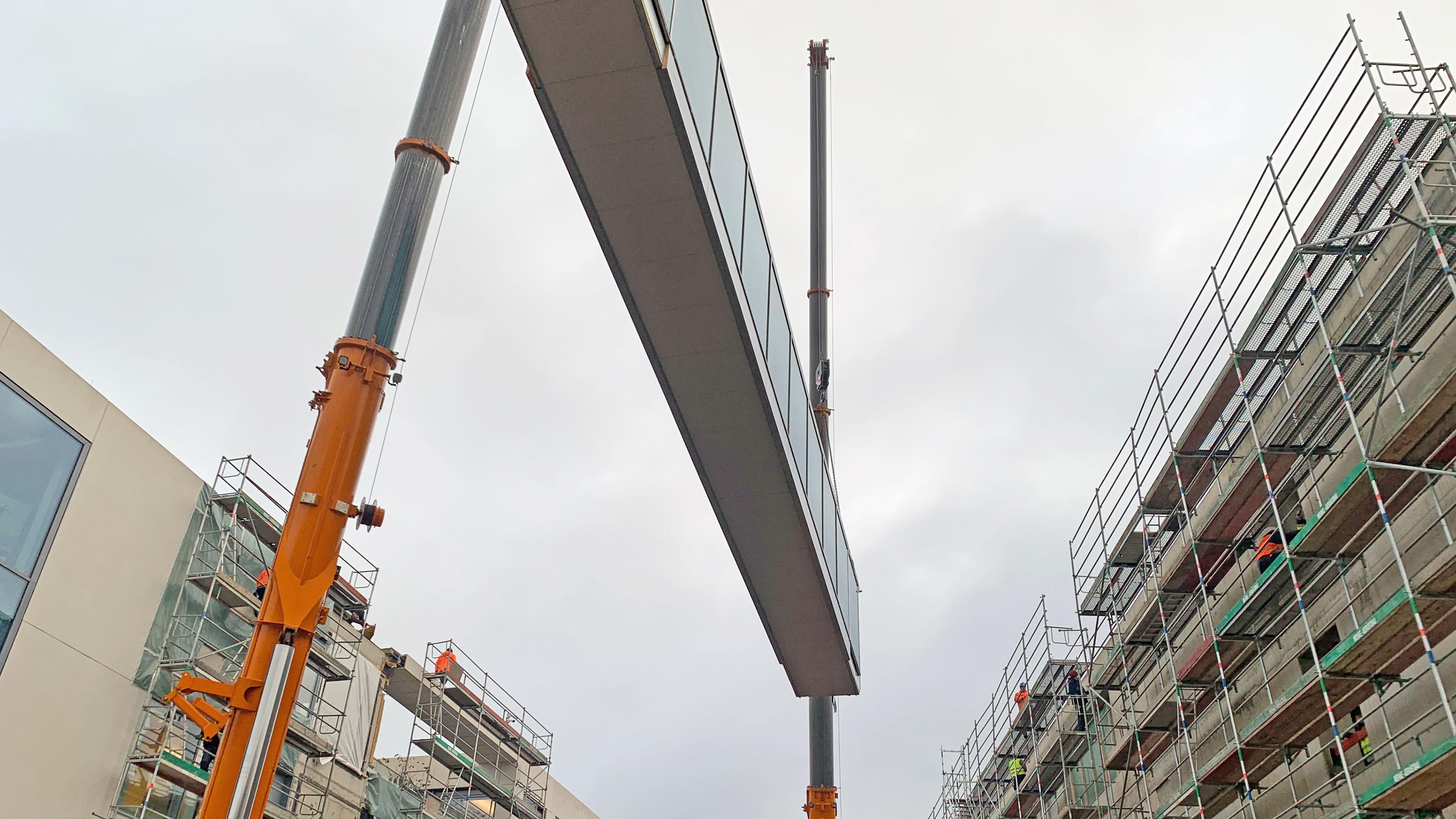 Einhub einer vollverglasten Verbindungsbrücke