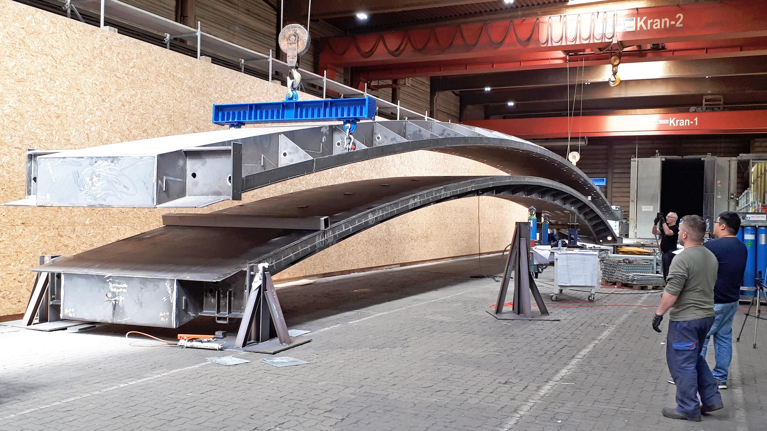 Verbindungsbrücke Brillux in der Werkstatt von Lamparter Stahlbau