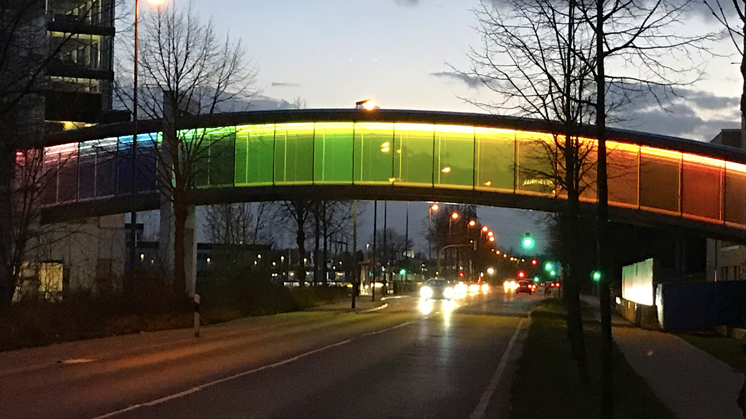 Farbenfrohe, bunte Verbindungsbrücke für Brillux in Münster