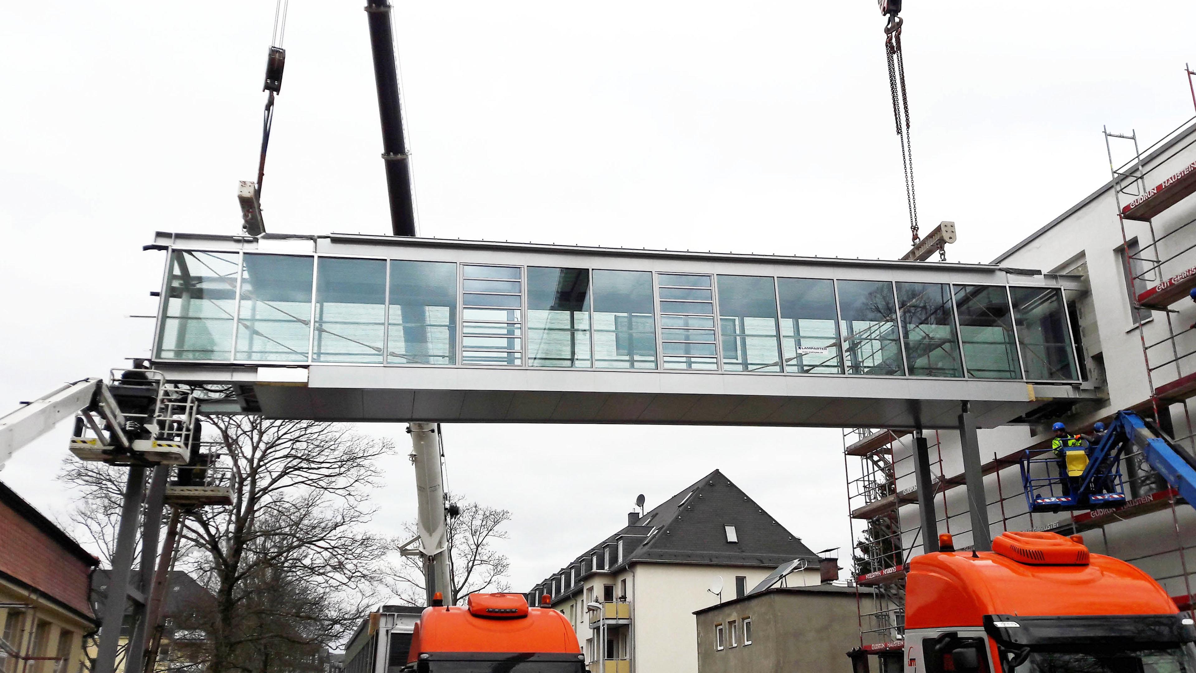 Einhub einer Verbindungsbrücke aus Stahl und Glas