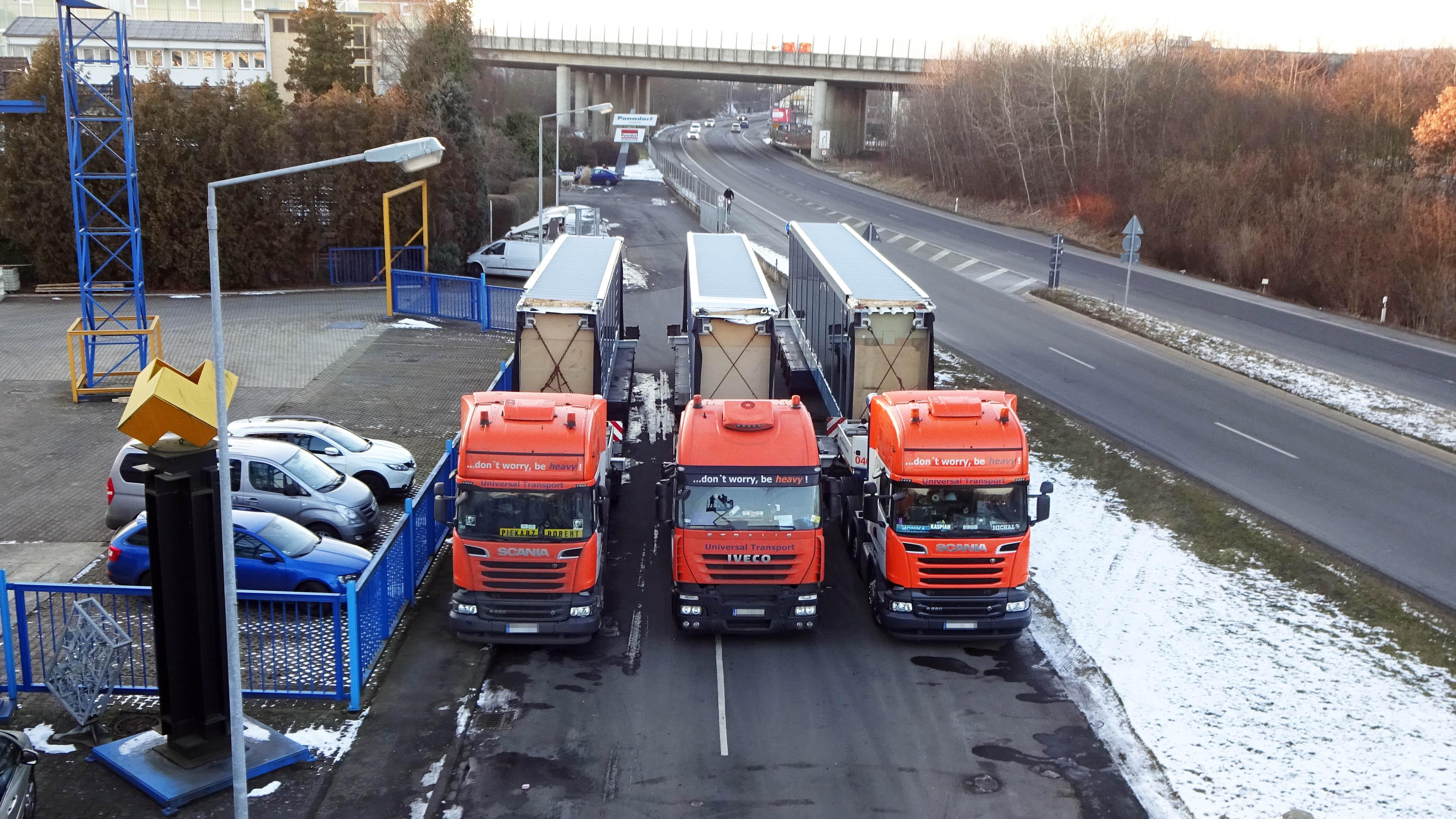 Drei Trucks, Tieflader mit verglasten Verbindungsbrücken