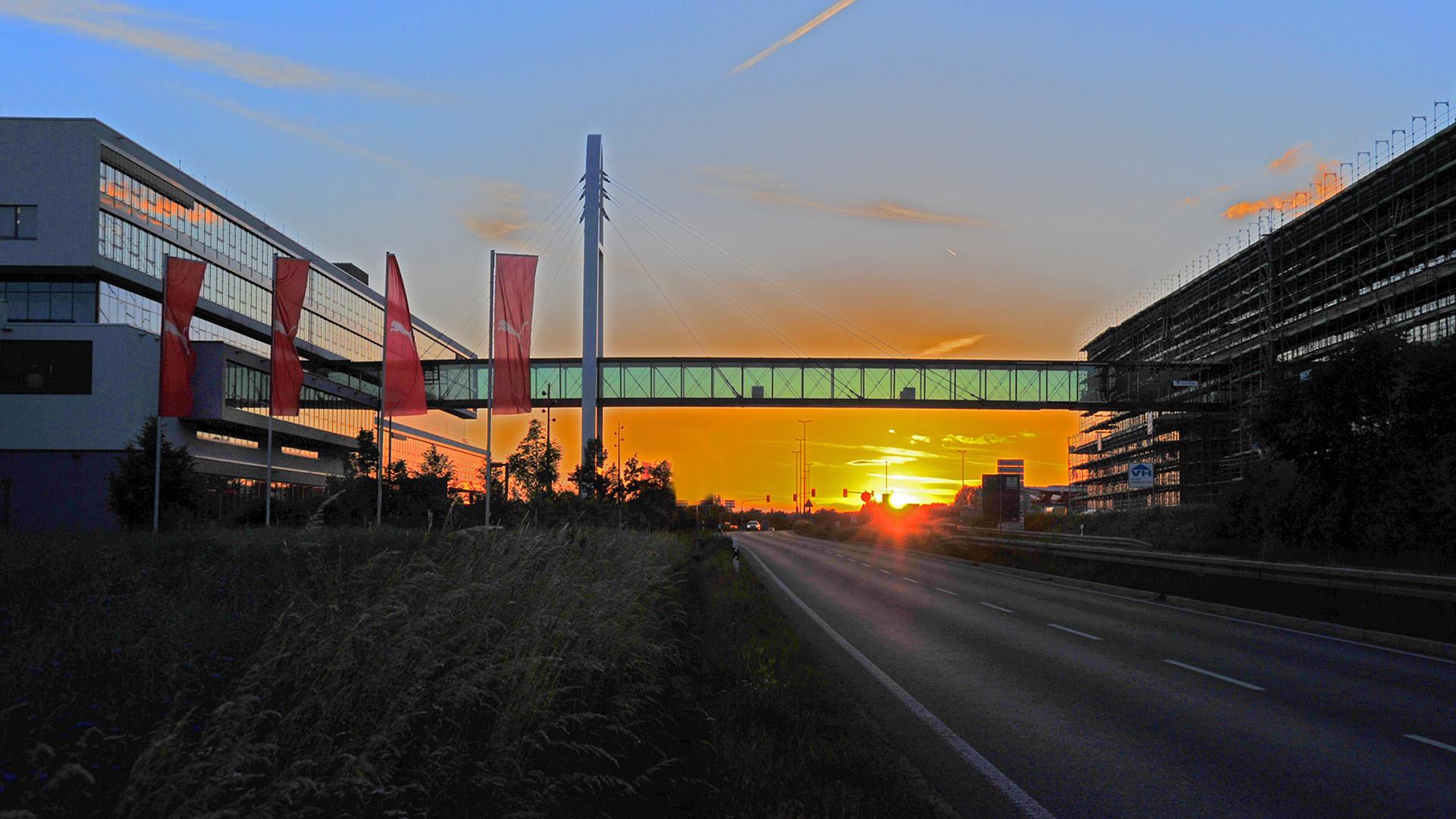 Verbindungsbrücke aus Stahl und Glas für Puma in Herzogenaurach