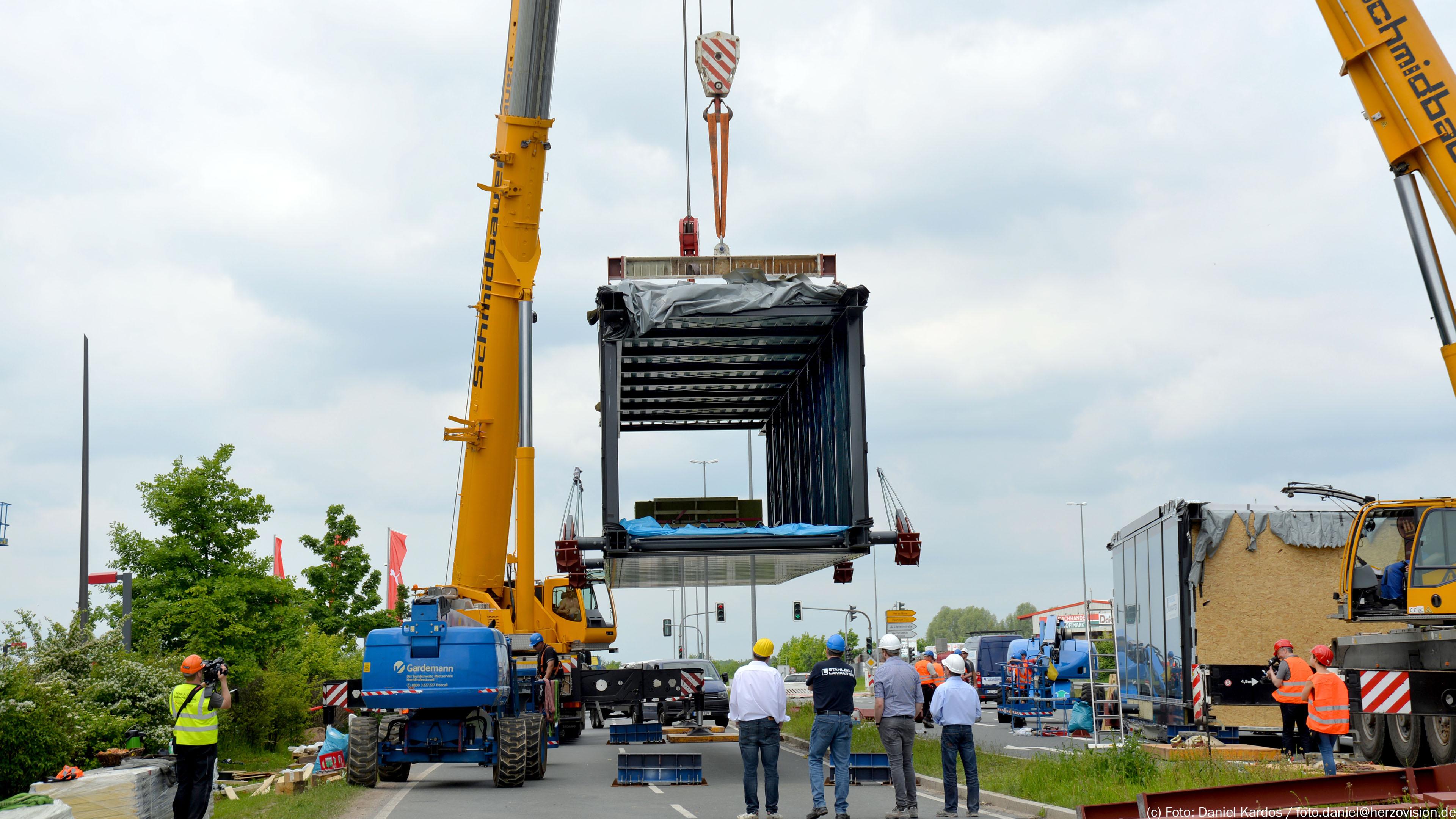 Brückenteil 3 der Verbindungsbrücke Puma-Bridge Herzogenaurach. Brücke von Stahlbau Lamparter
