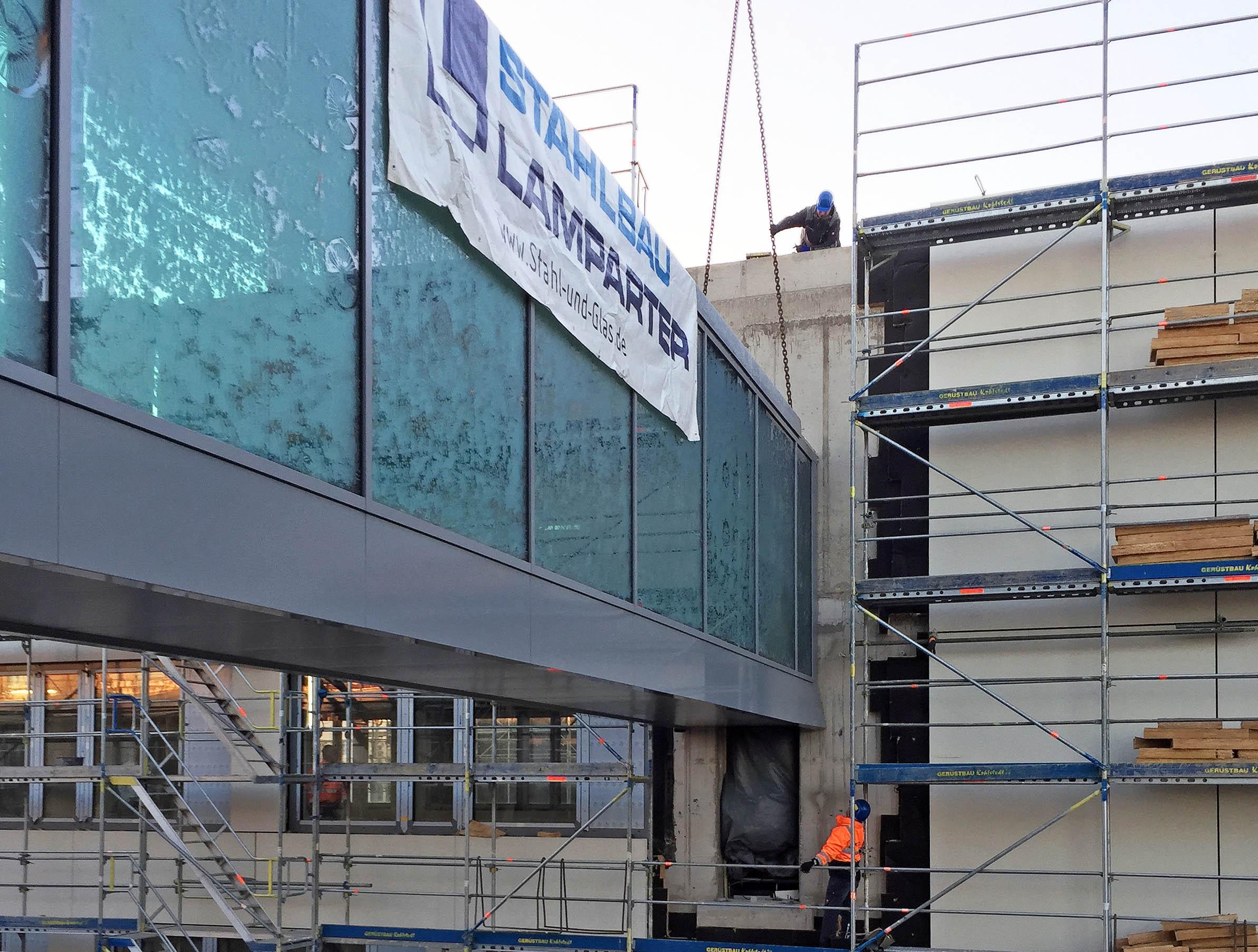 Millimeterarbeit beim Einhub einer verbindungsbrücke aus Stahl und Glas