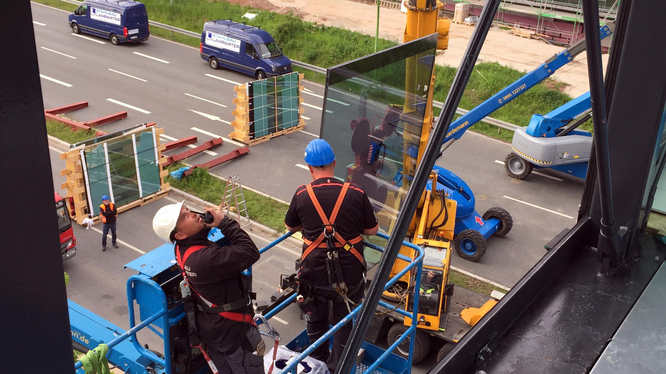 Montage Einsatz Glasscheiben Verbindungsbrücke