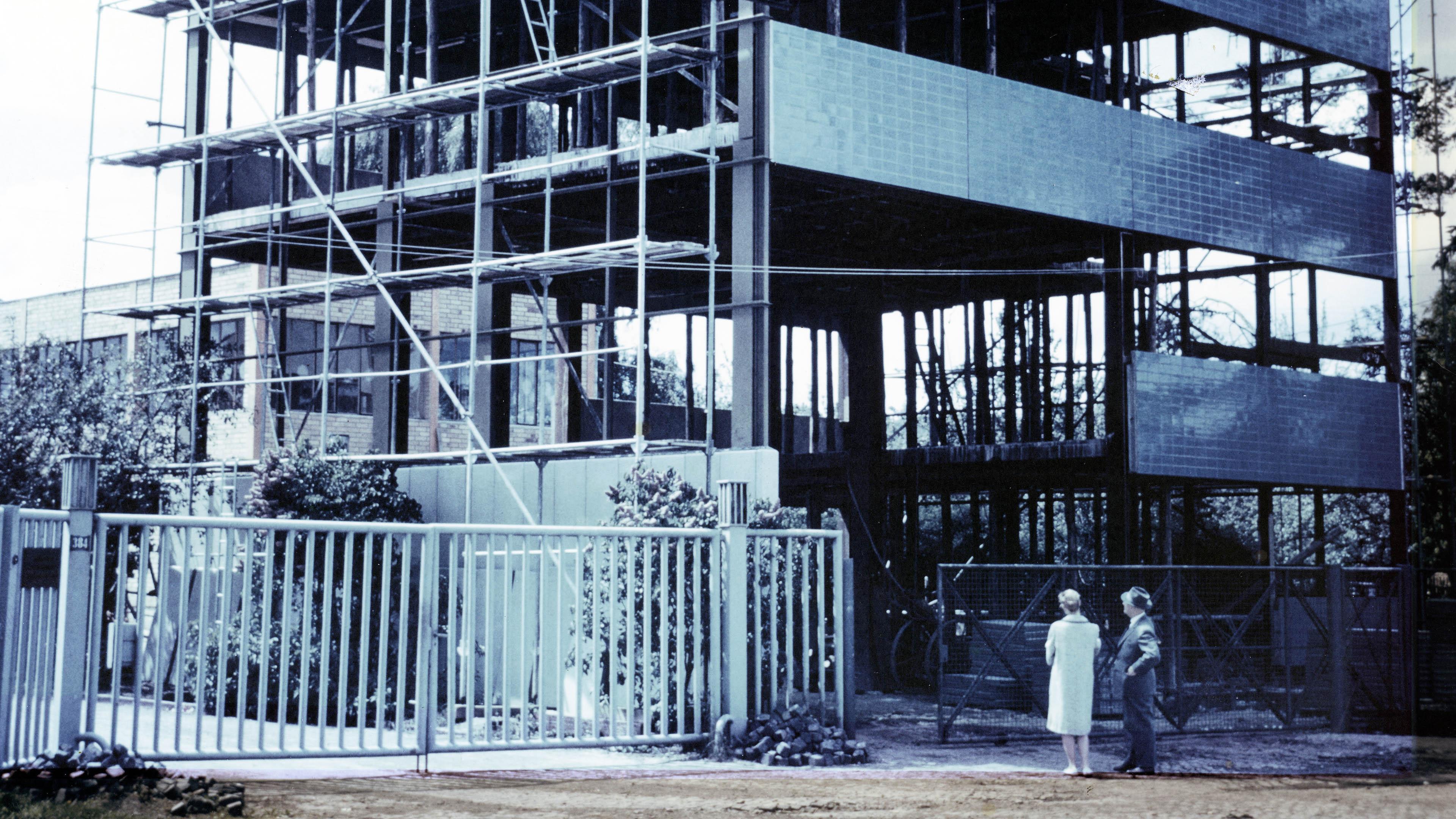 LAMPARTER Firmenzentrale im Aufbau. Historisches Foto.