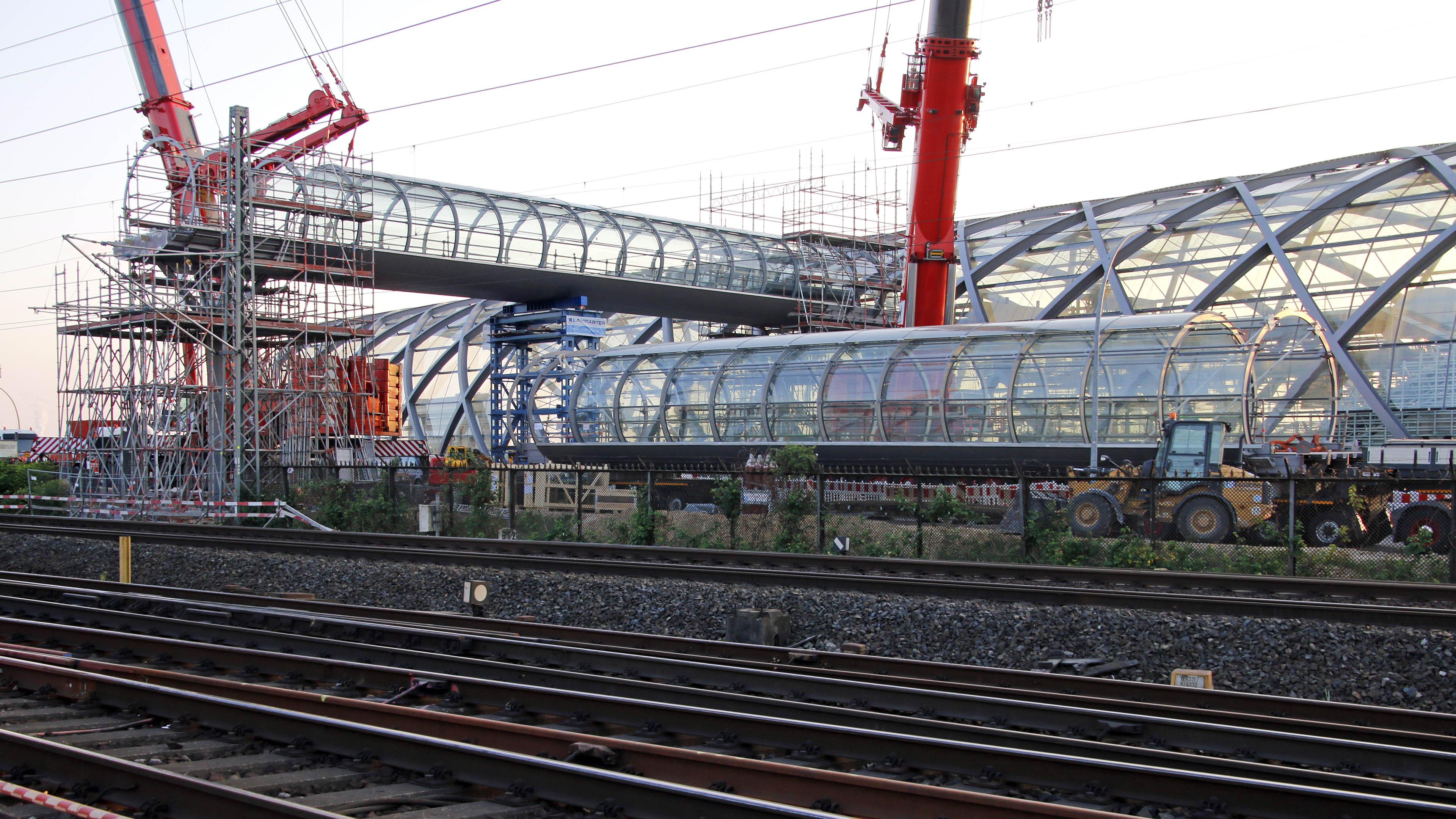 Einhub und Montage der Verbindungsbrücke Skywalk in Hamburg am neuen Bahnhof Elbbrücken