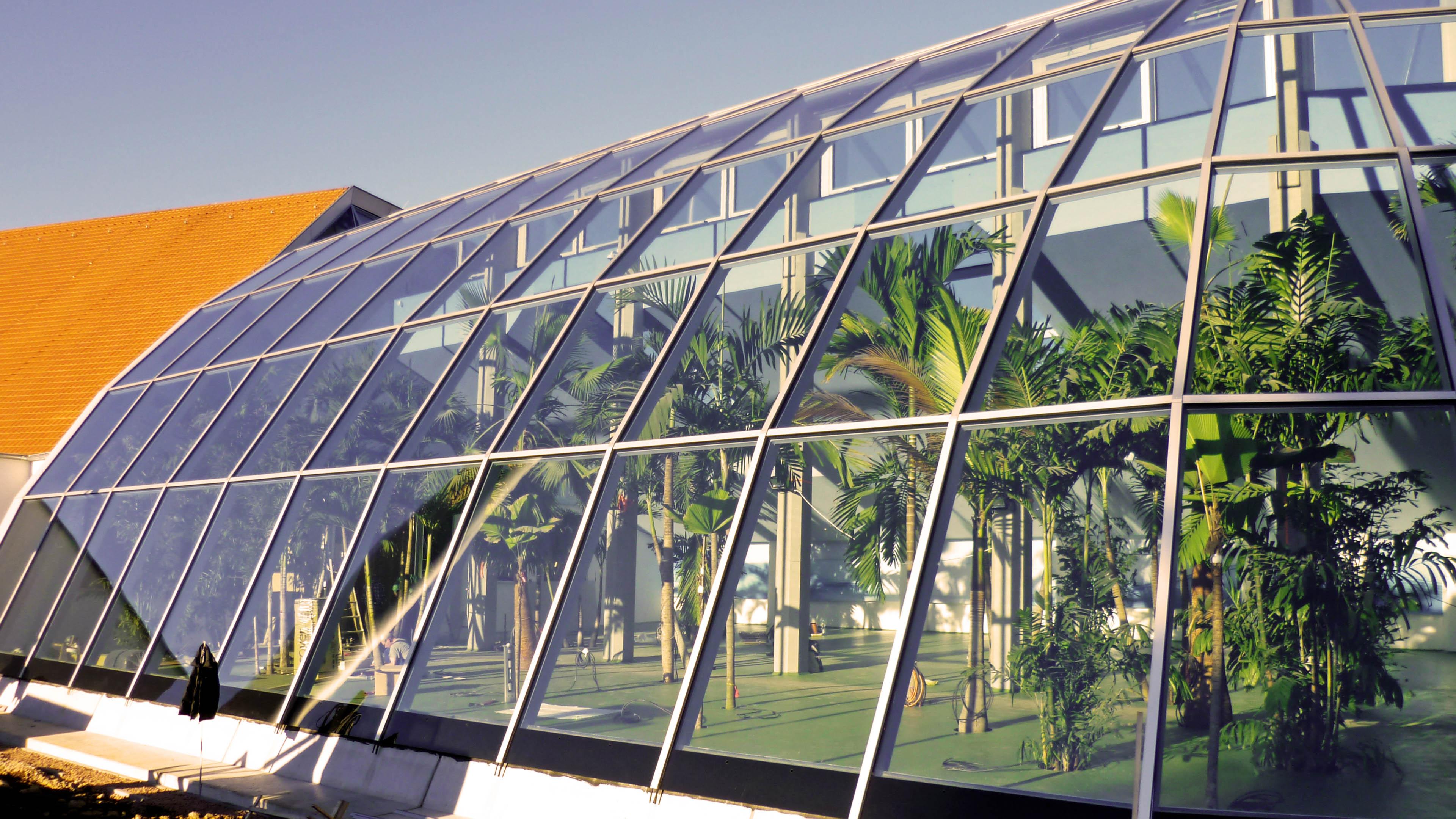 Glasdach, Glasfassade kurz nach Fertigstellung