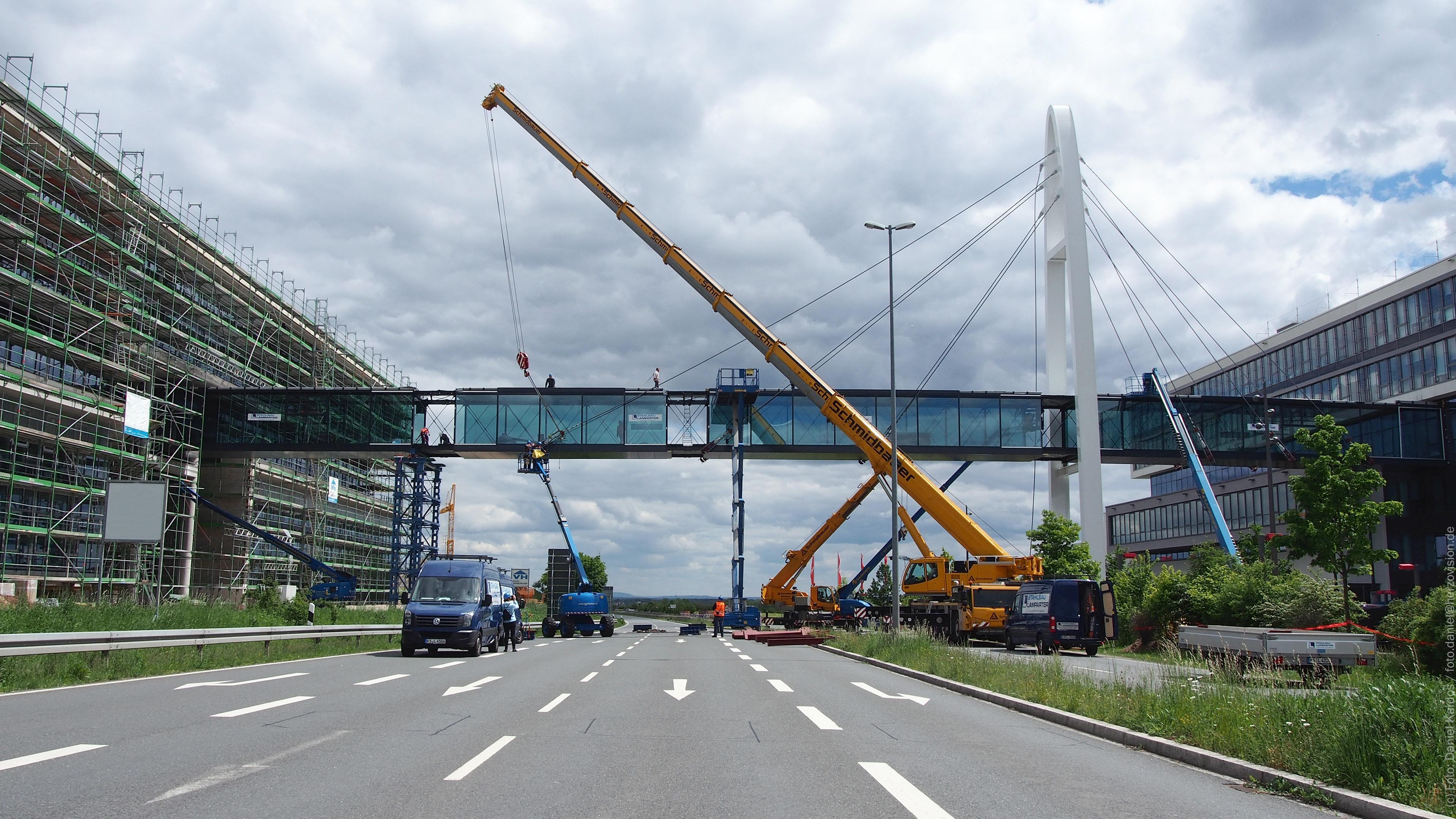 Blick zur Puma-Bridge Puma-Brücke in Herzogenaurach. Verbindungsbrücke aus Stahl und Glas. Stahlbau Lamparter