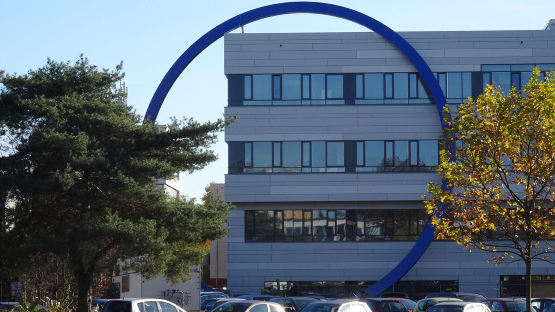 Der blaue Ring aus Stahl und Glas am Hochschulgebäude
