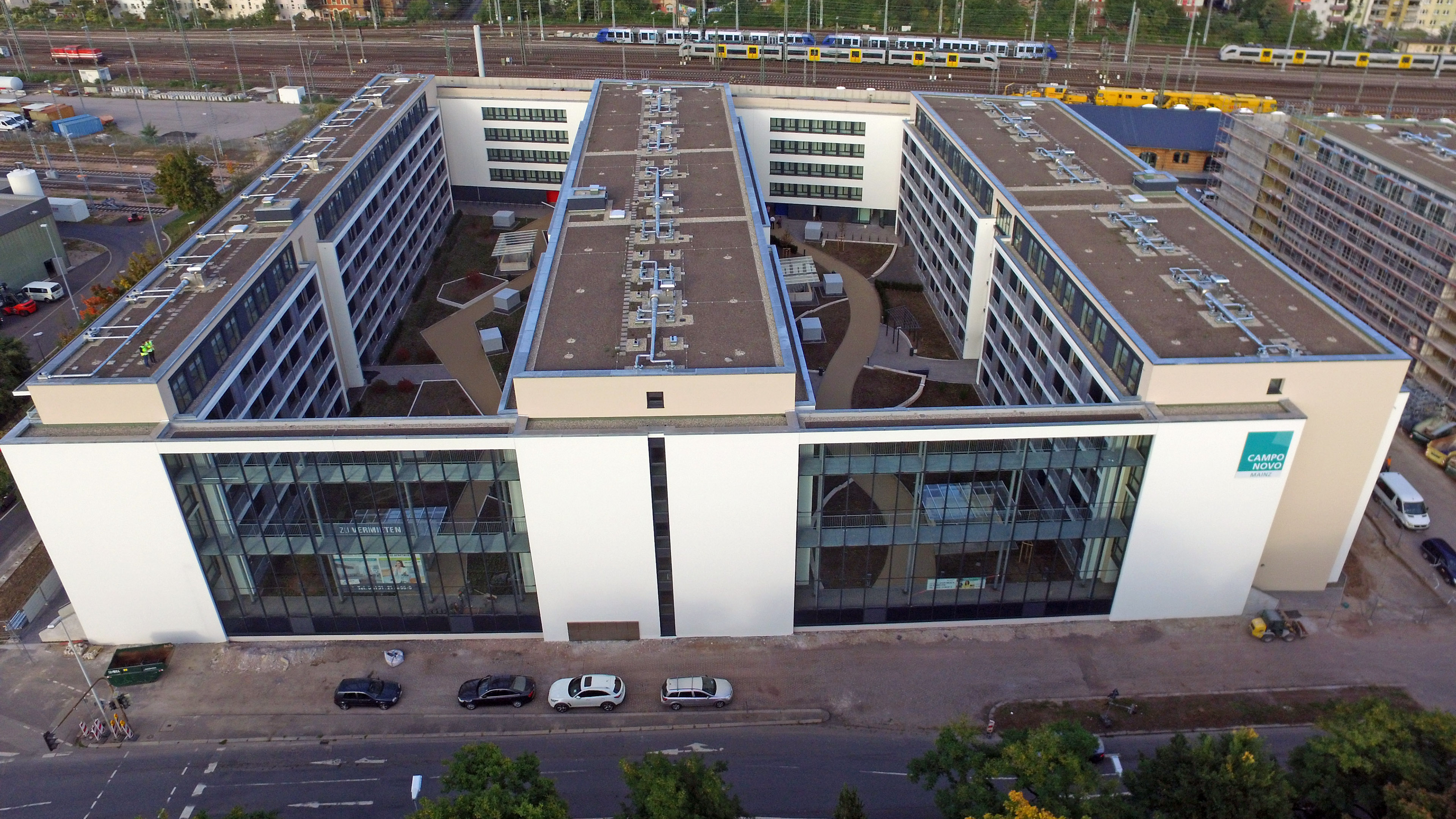 Schallschutzfassaden aus Stahl und Glas in Mainz. Luftaufnahme.