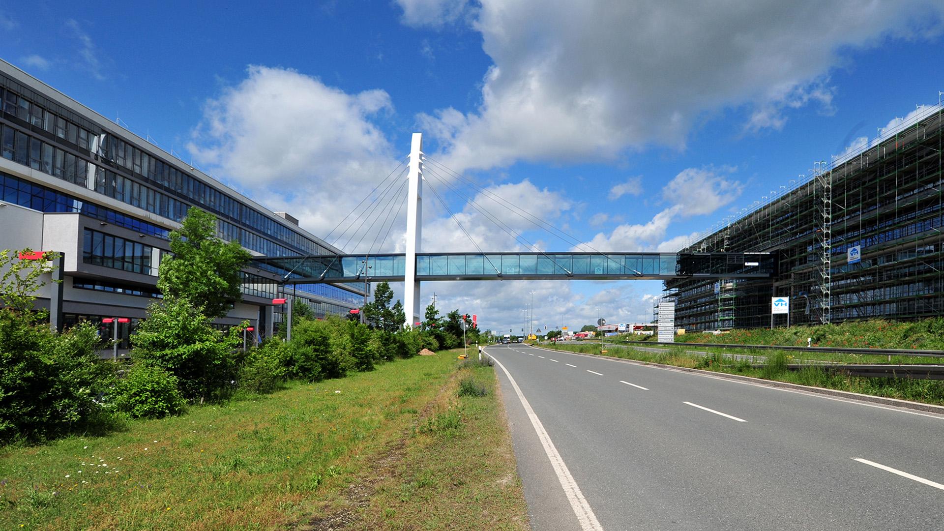 Verbindungsbrücke Stahlbau Lamparter für Puma in Herzogenaurach aus Stahl und Glas. Stahlbau.