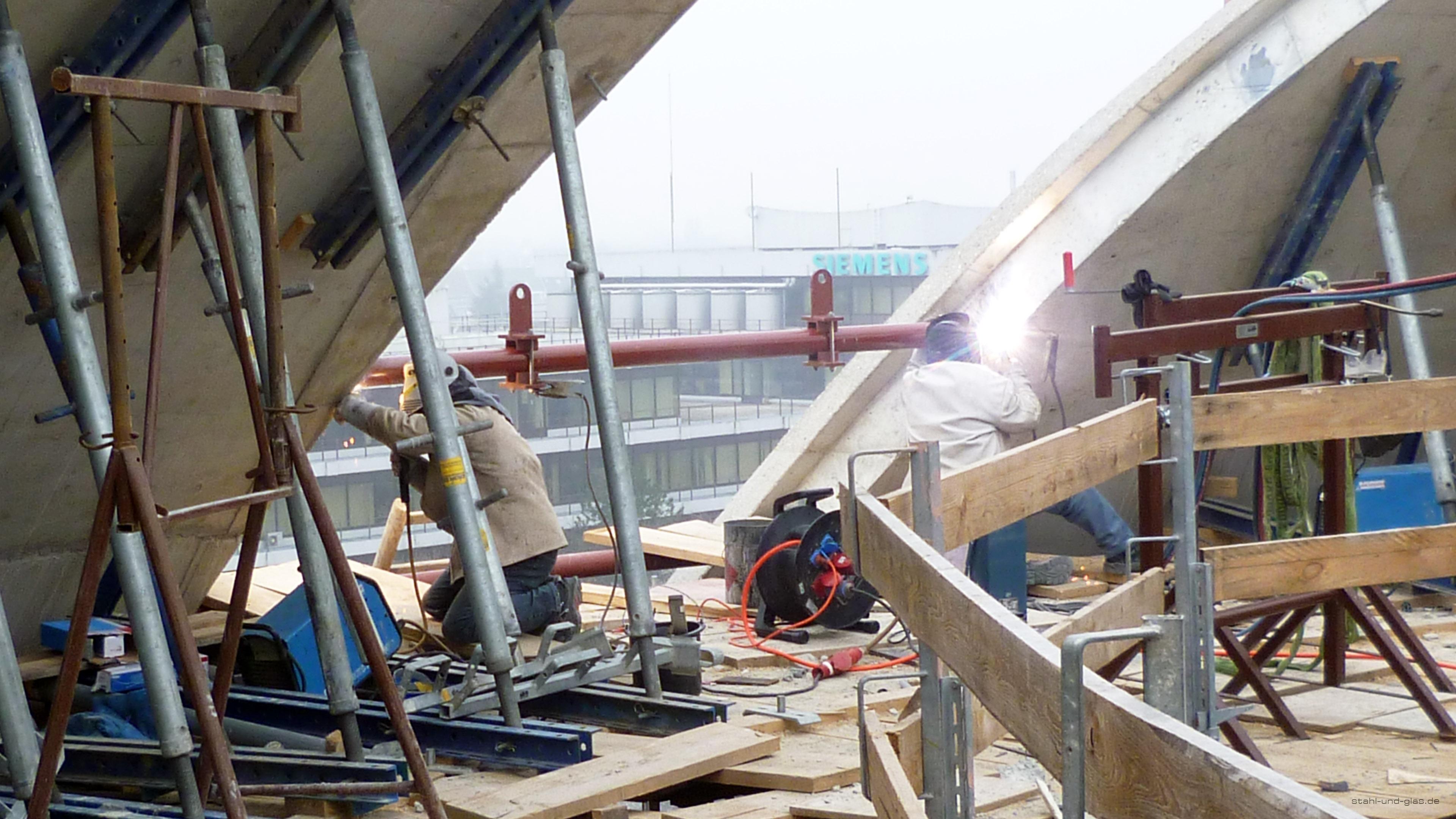 Montage von Stahlprofilen mit rundem Querschnitt an der Zentralmoschee Köln