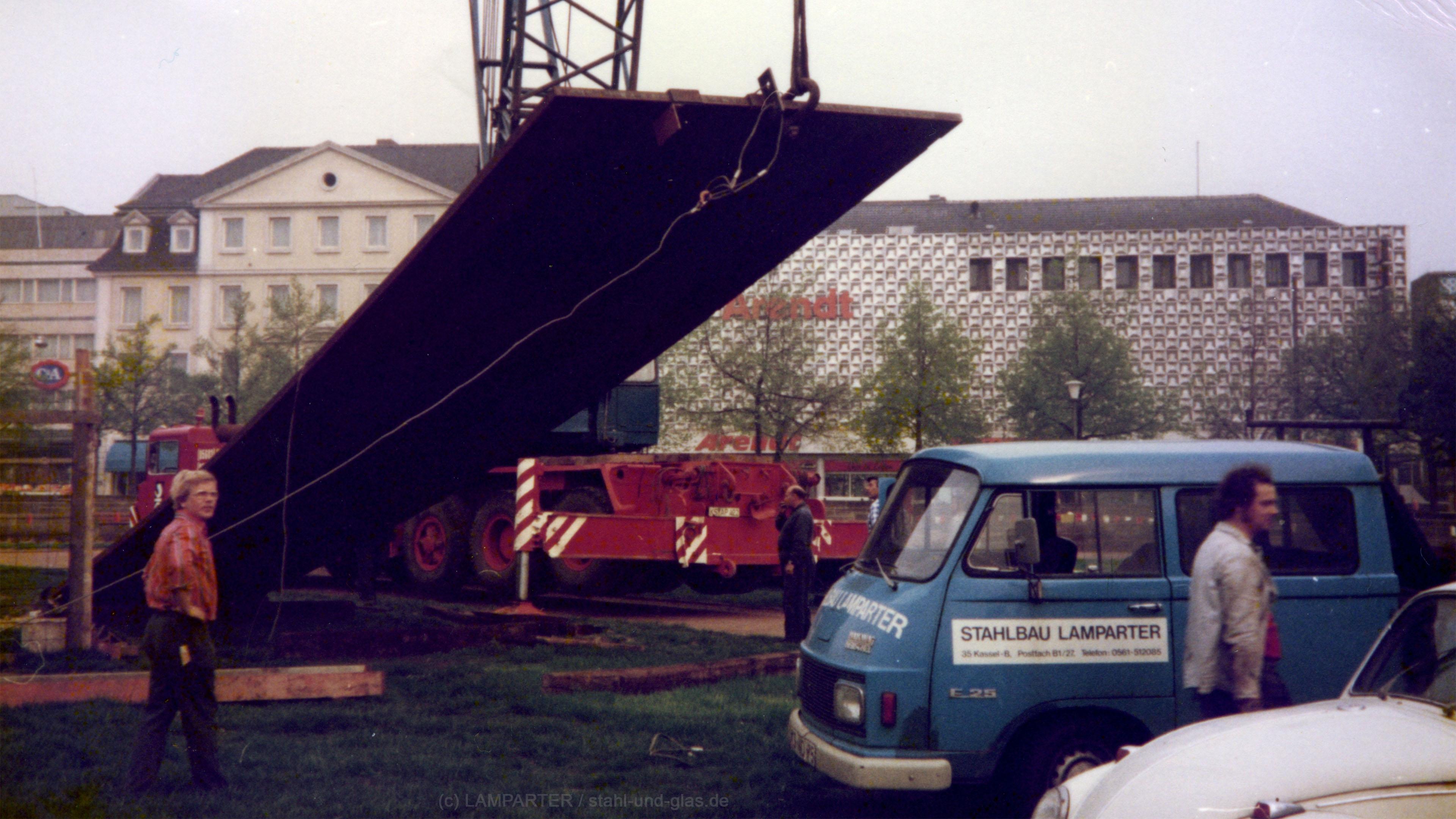 documenta 6, 1977, Terminal von Richard Serra. Montage auf dem Friedrichsplatz vor dem Fridericianum.