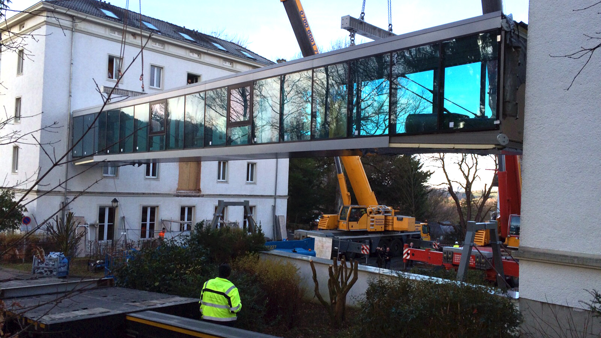 Einhub der Verbindungsbrücke aus Stahl und Glas in Friedrichroda