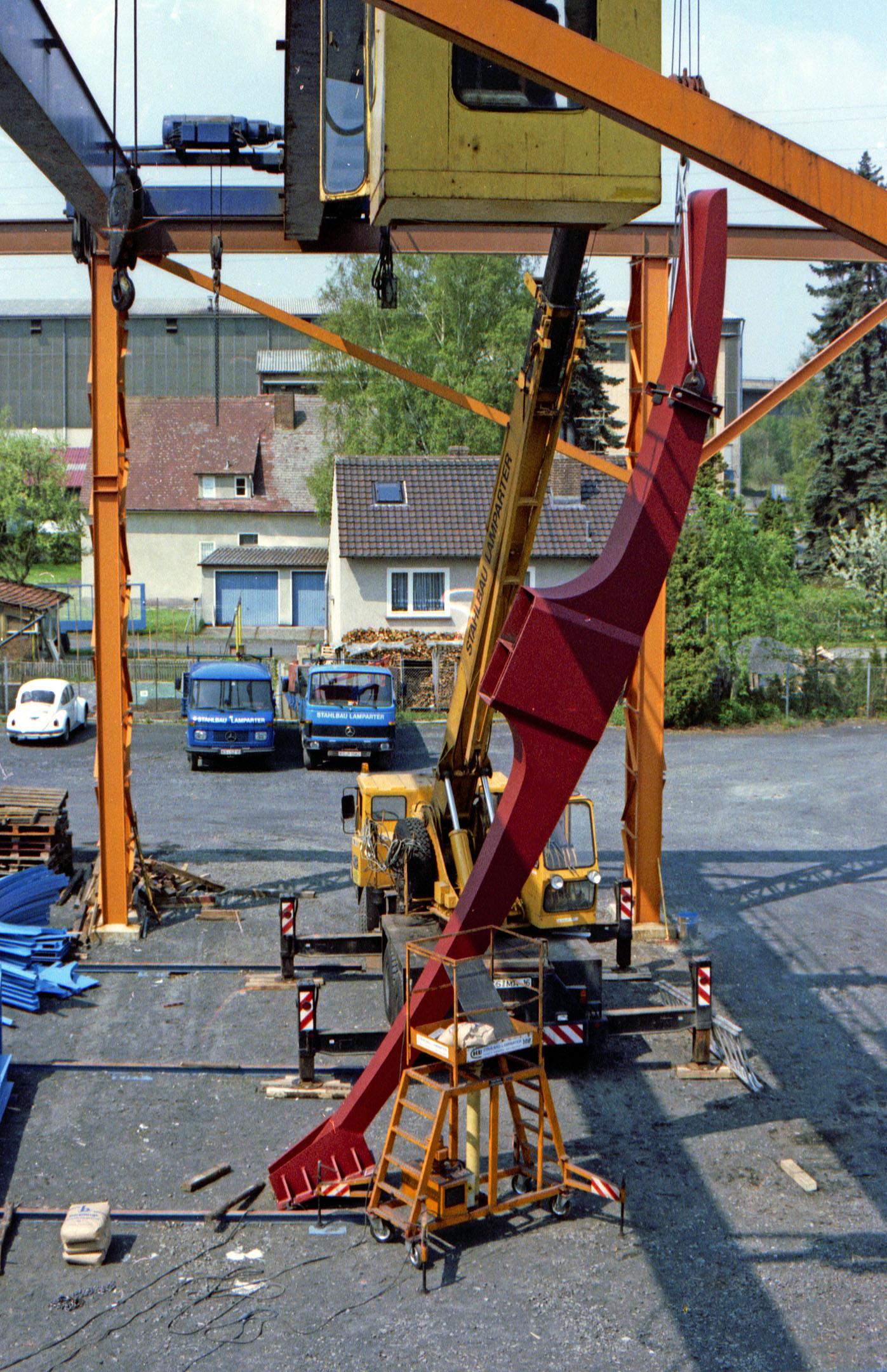 Testmontage der Spitzhacke von Claes Oldenburg zur documenta auf dem Gelände von Stahlbau Lamparter