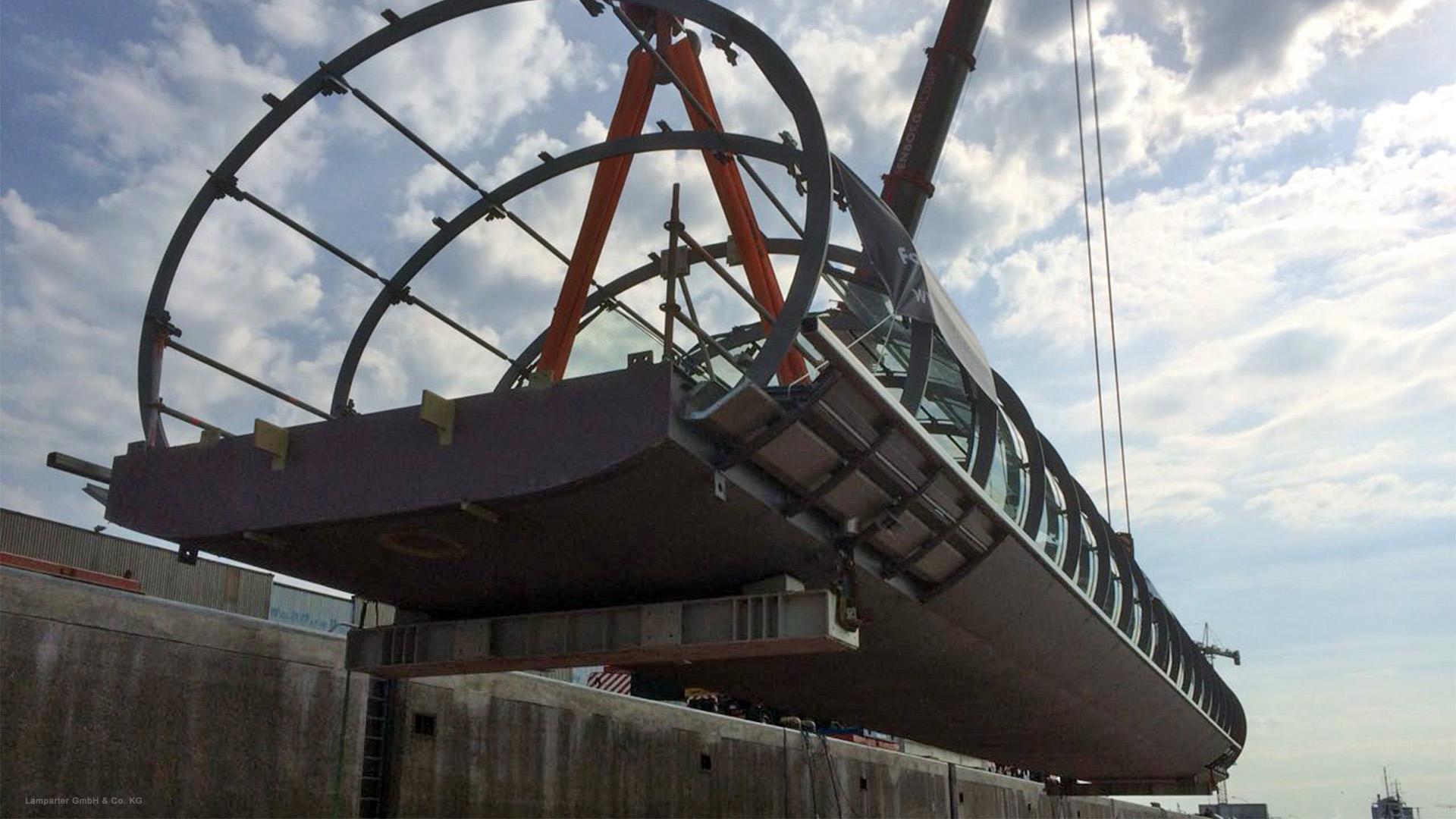 Hamburg Hochbahn Brücke 1. Verbindungsbrücke aus Stahl und Glas. Metallbau, Stahlbau.