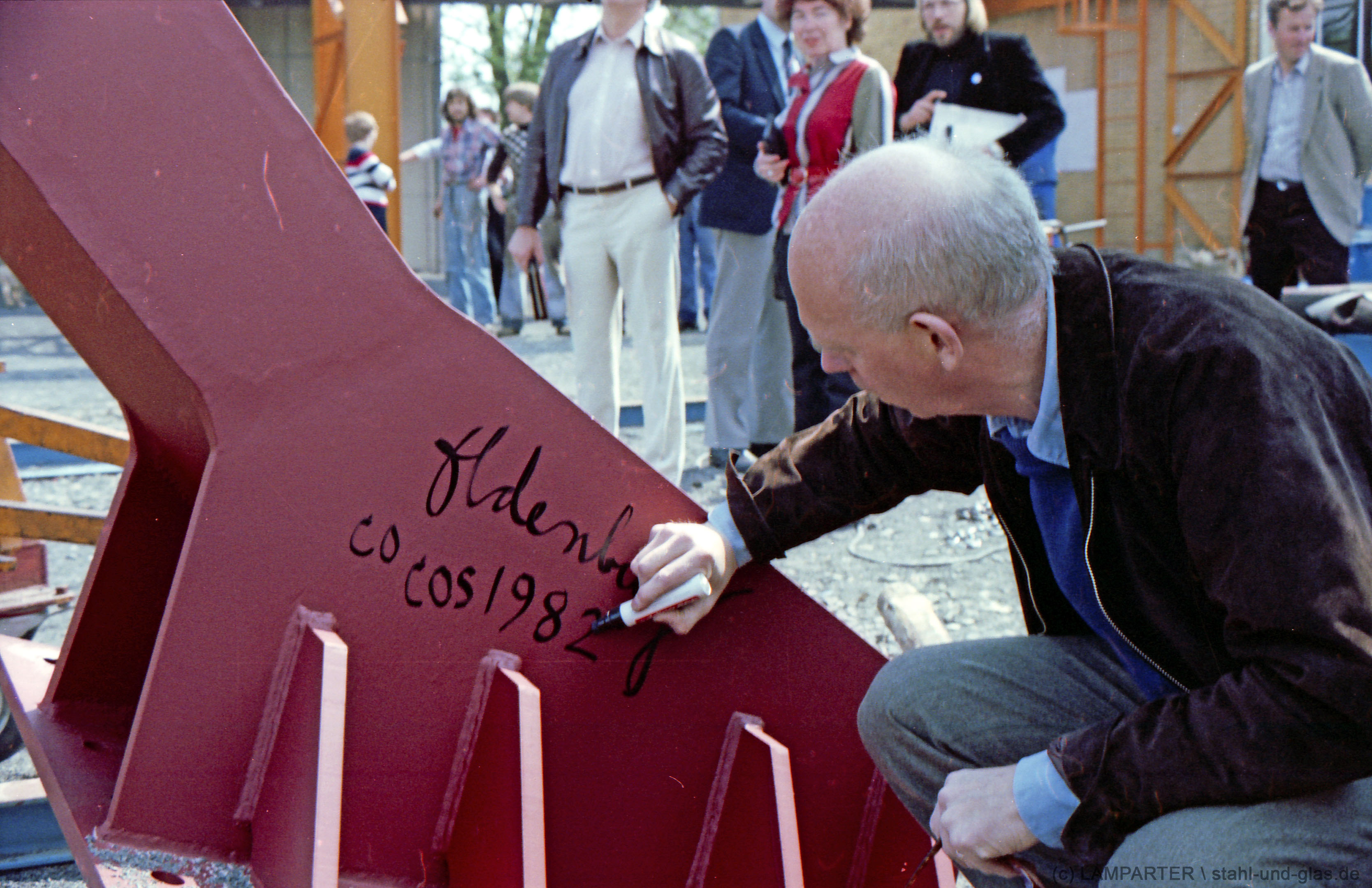 Claes Oldenburg signiert die documenta-Spitzhacke